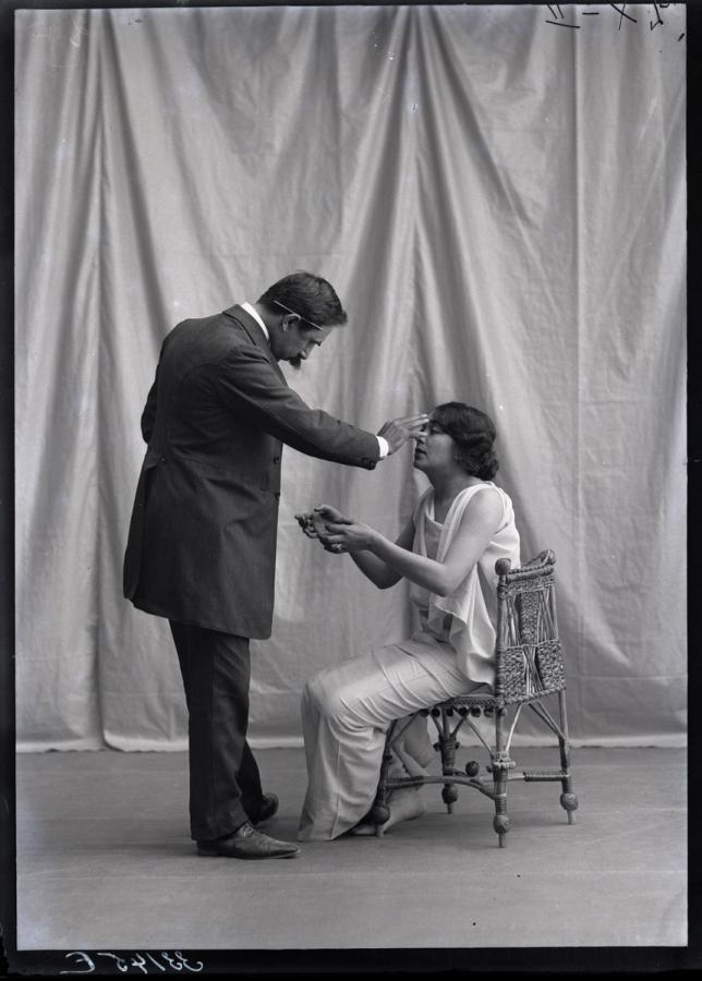 Fred Boissonnas :: Magdeleine G. hypnotisée par Emile Magnin, 08-1903. | src Bibliotèque de Genève ~ Les fonds Atelier Boissonnas